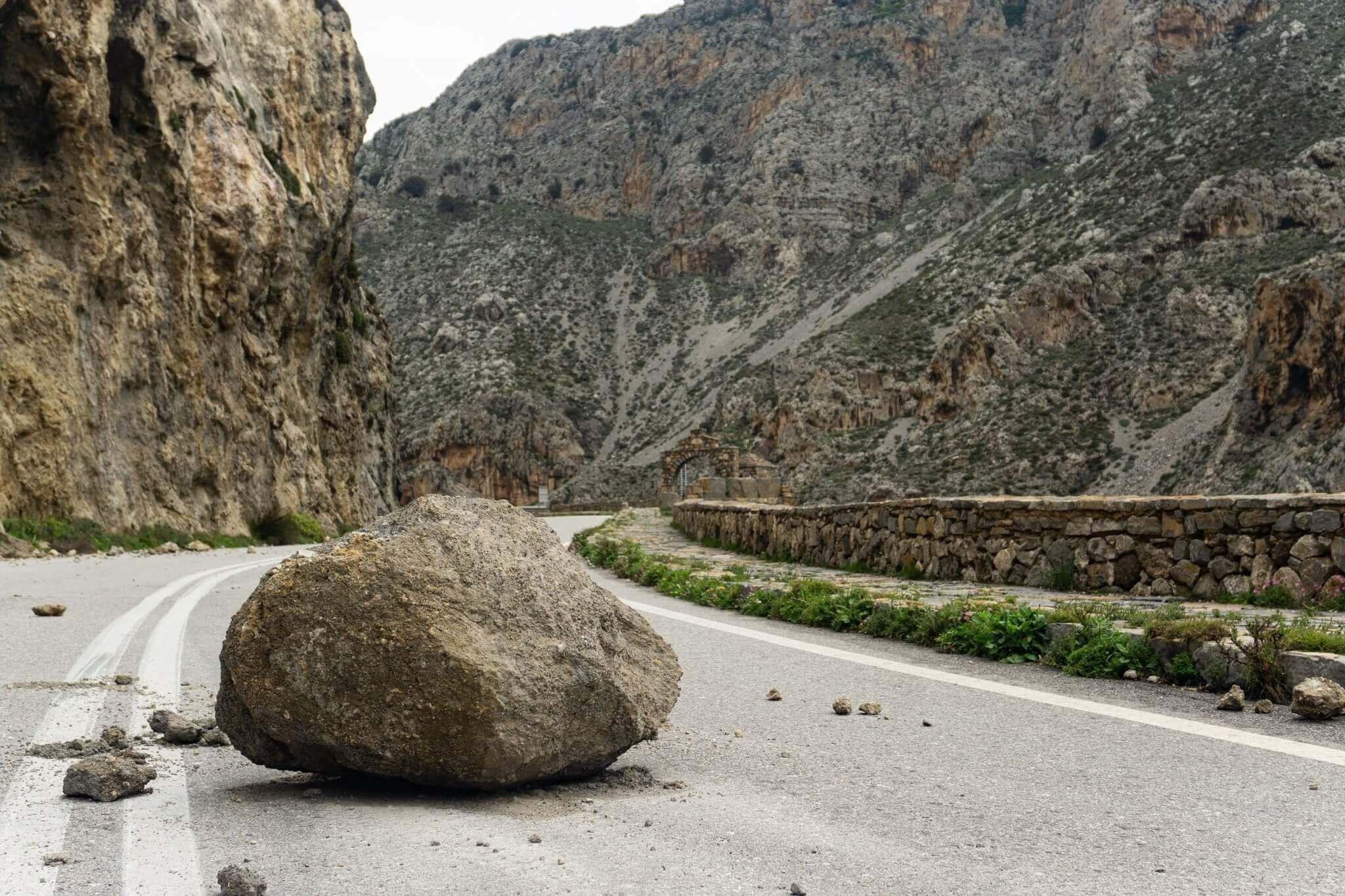 Risiko der Geldanlage als Felsen auf der Straße symbolisiert